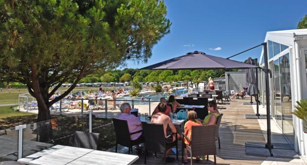 terrasse du restaurant avec vue sur la piscine