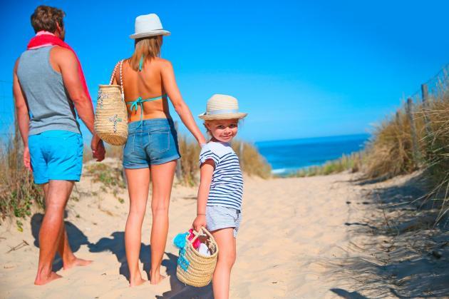 famille sur le chemin des plages de l'atlantique